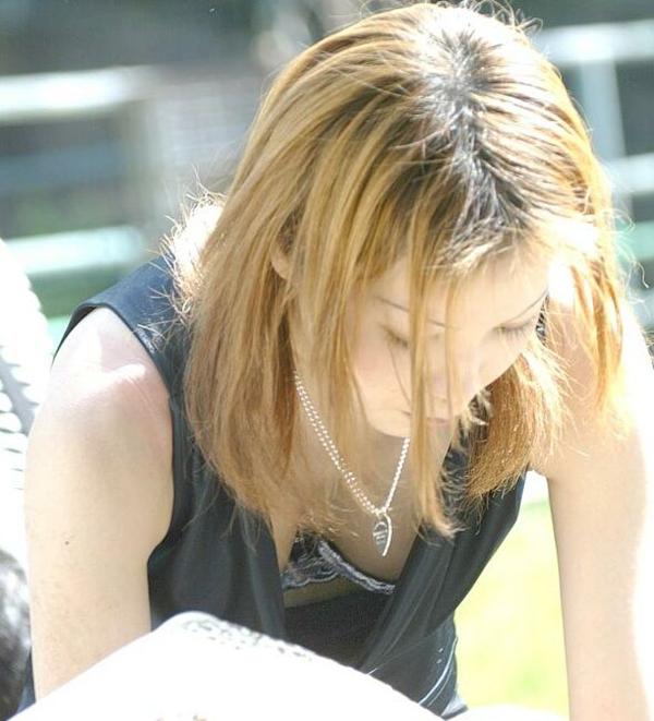【胸チラエロ画像】大きく開いた胸元!素人娘たちの胸チラ狙った結果www 26