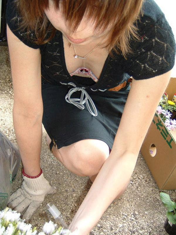 【胸チラエロ画像】大きく開いた胸元!素人娘たちの胸チラ狙った結果www 29