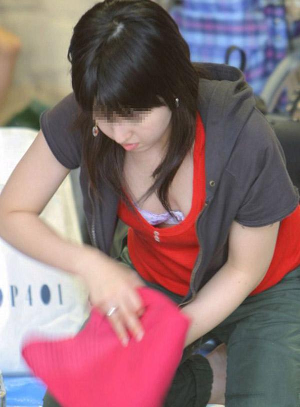 【胸チラエロ画像】大きく開いた胸元!素人娘たちの胸チラ狙った結果www 32