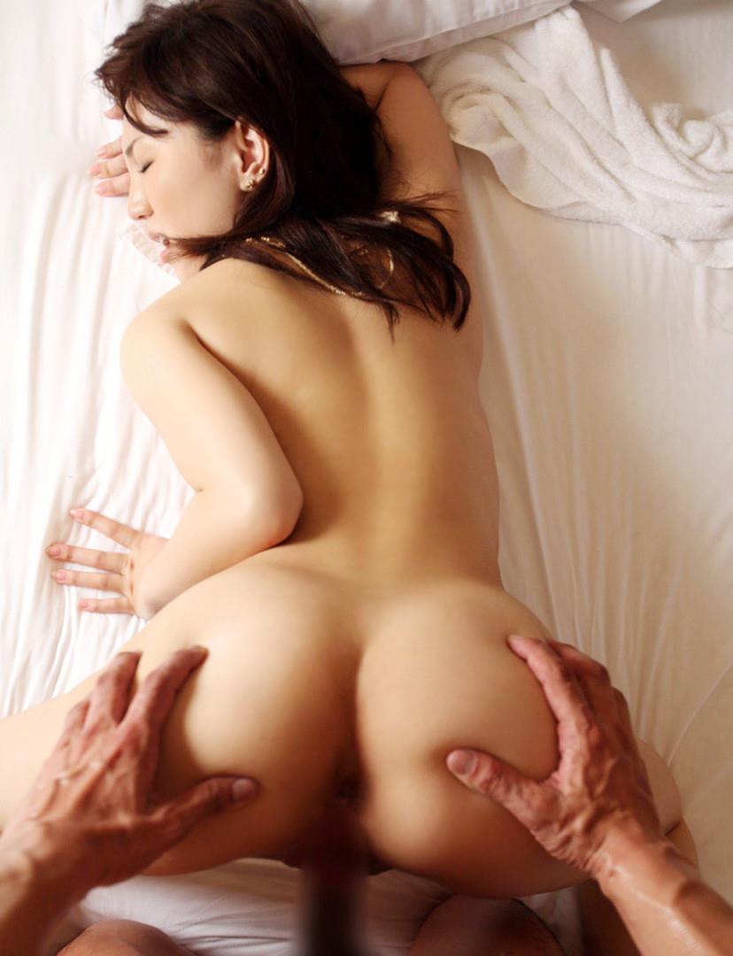 【バックエロ画像】ワイ、四つん這いにさせた女を後ろから犯すってのが萌えるやがw 22