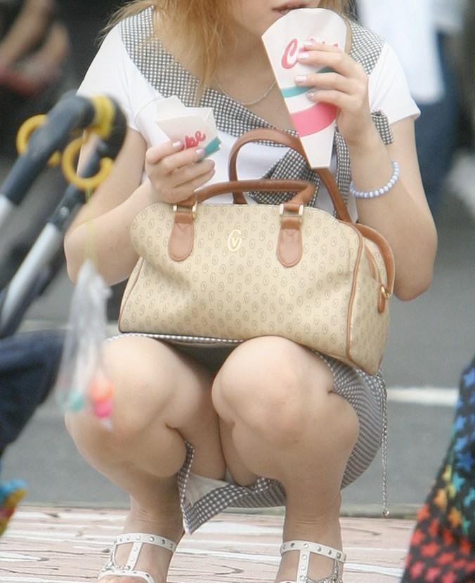 【街撮りパンチラエロ画像】暑いのは嫌いだけど、暑い季節はパンチラ満載!?ww 22