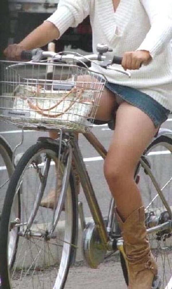 【街撮りパンチラエロ画像】暑いのは嫌いだけど、暑い季節はパンチラ満載!?ww 54