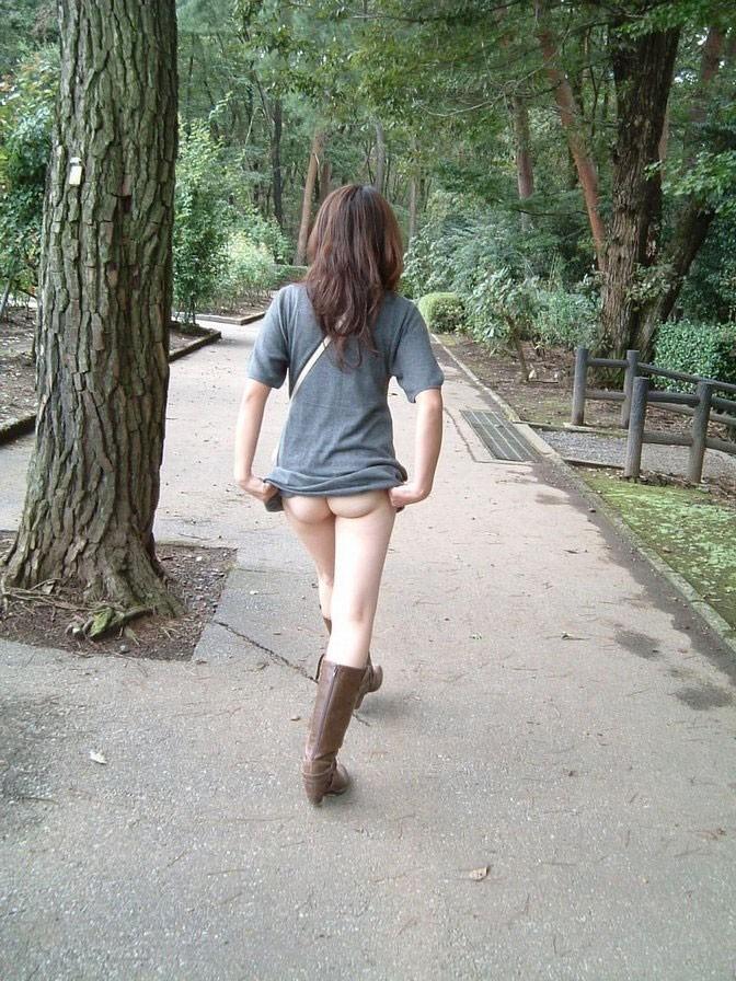 【素人露出エロ画像】素人娘の過激すぎる野外露出!これってヤバくね!?ww 36