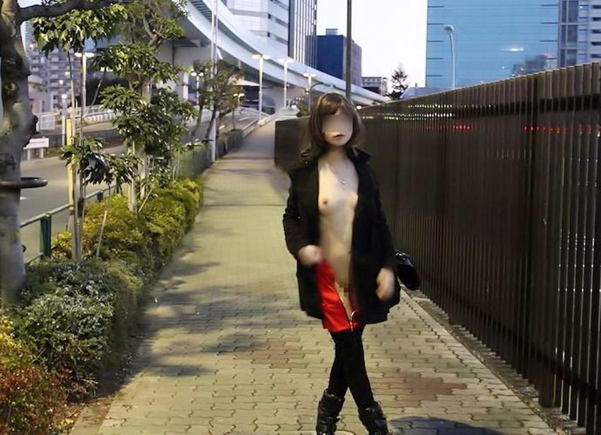 【素人露出エロ画像】素人娘の過激すぎる野外露出!これってヤバくね!?ww 49
