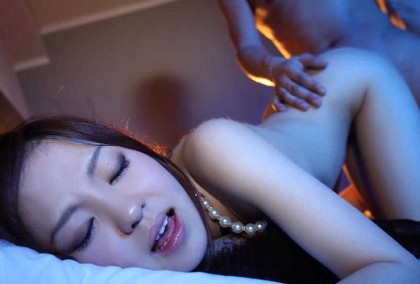 【バックエロ画像】四つん這いになった女の子とセックス!後背位セックス画像! 19