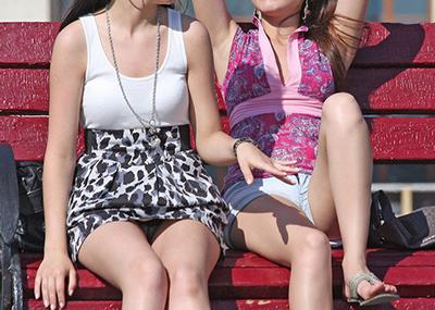 【海外パンチラエロ画像】海外素人娘たちのパンチラショット狙ったったww