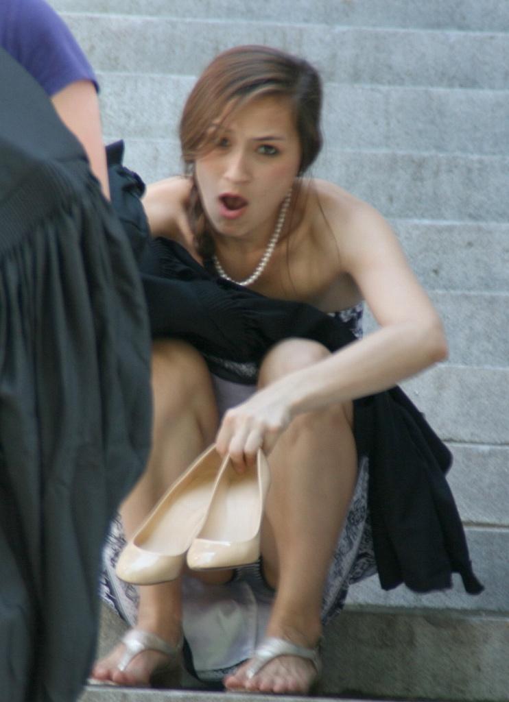 【海外パンチラエロ画像】海外素人娘たちのパンチラショット狙ったったww 40