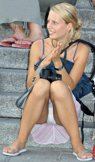 【海外パンチラエロ画像】海外素人娘たちのパンチラショット狙ったったww 08