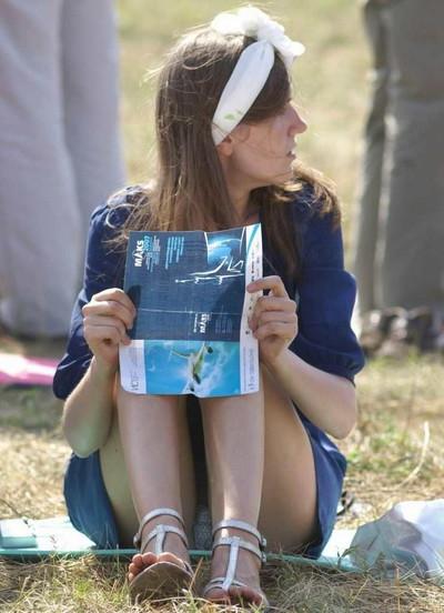 【海外パンチラエロ画像】海外素人娘たちのパンチラショット狙ったったww 23