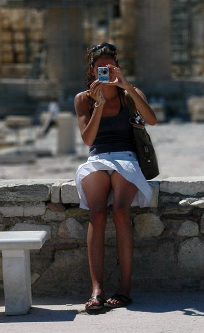 【海外パンチラエロ画像】海外素人娘たちのパンチラショット狙ったったww 25