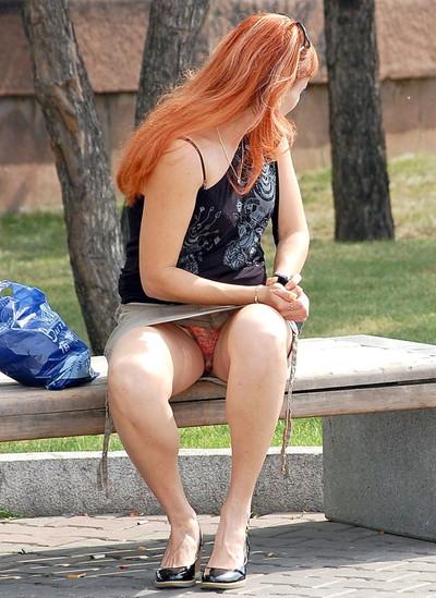【海外パンチラエロ画像】海外素人娘たちのパンチラショット狙ったったww 33