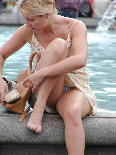 【海外パンチラエロ画像】海外素人娘たちのパンチラショット狙ったったww 36