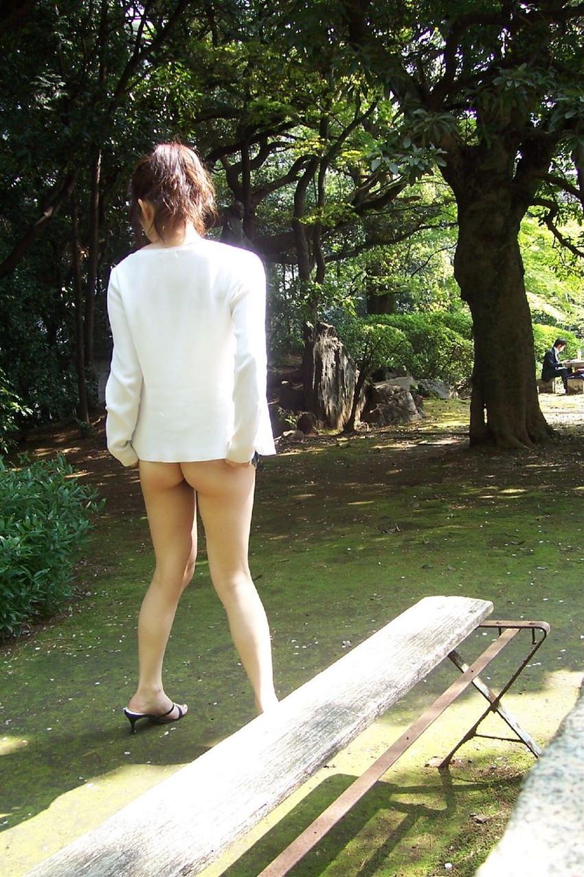 【素人露出エロ画像】過激さはとどまる所を知らない!素人娘の過激野外露出! 44