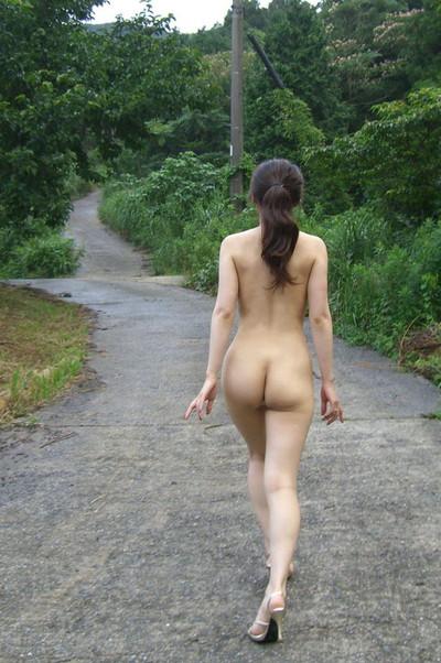 【素人露出エロ画像】過激さはとどまる所を知らない!素人娘の過激野外露出! 27