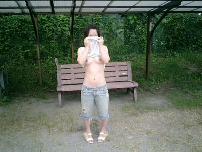 【素人露出エロ画像】過激さはとどまる所を知らない!素人娘の過激野外露出! 36