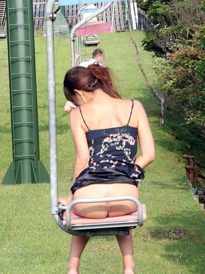 【素人露出エロ画像】過激さはとどまる所を知らない!素人娘の過激野外露出! 37