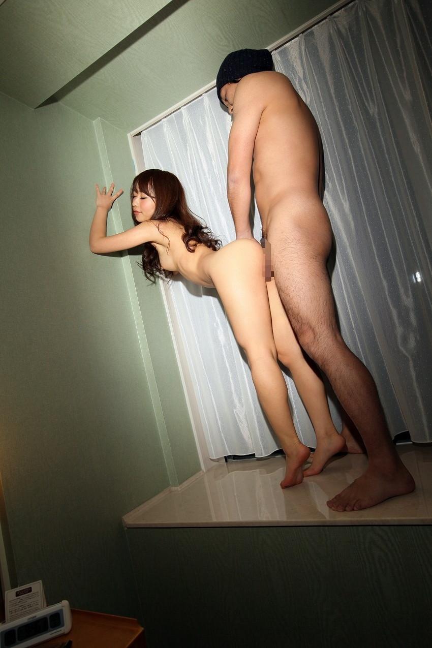 【立ちバックエロ画像】この体位、ベッドいらず!立ったままの女の子の後ろから挿入! 46