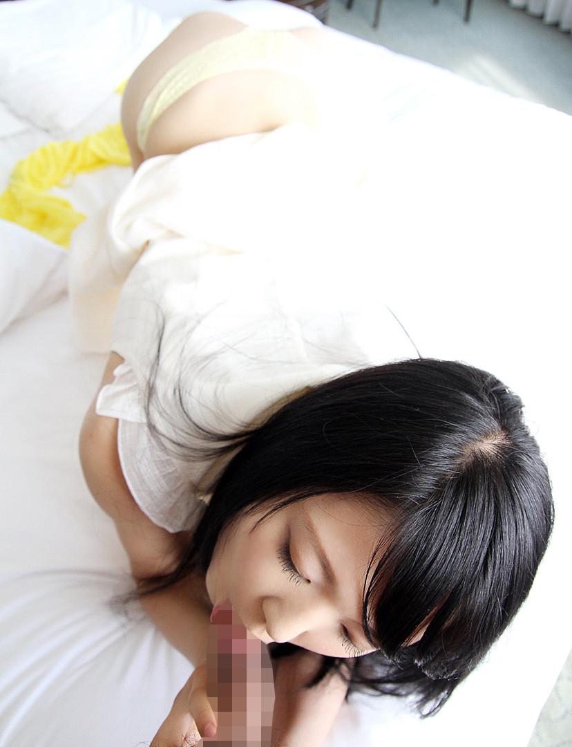 【着衣フェラチオエロ画像】ロクに脱衣もしてない状態でチンポむさぼる女エロ杉! 21