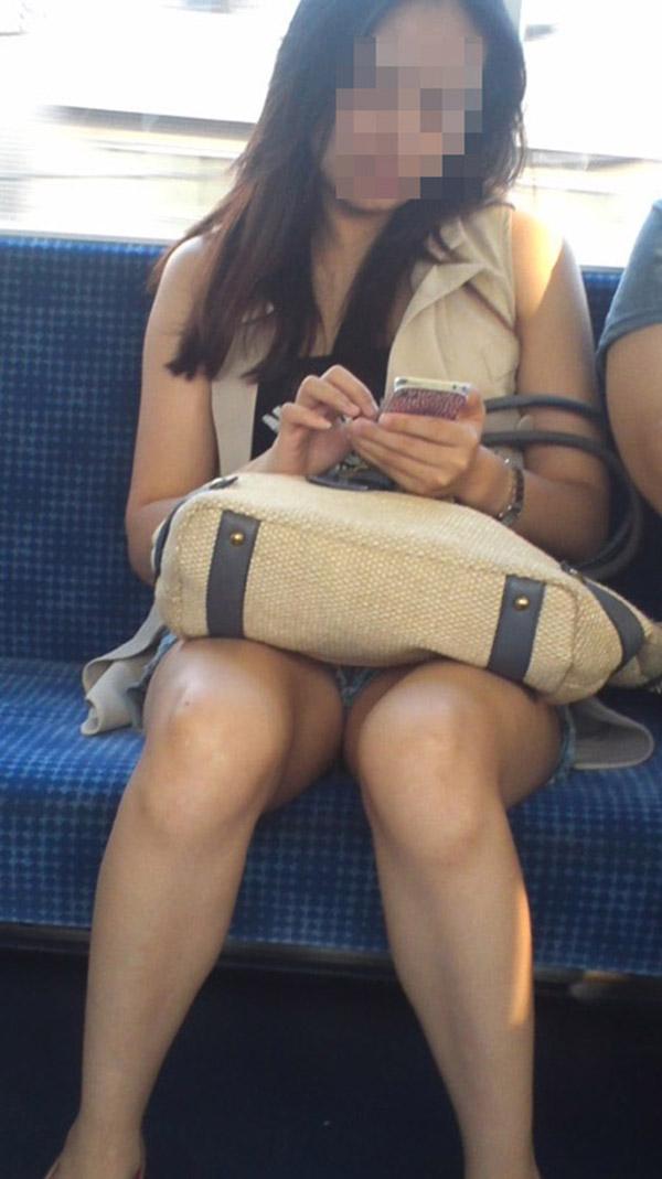 【電車内盗撮エロ画像】電車内で素人娘を盗撮した生々しい電車内盗撮画像!