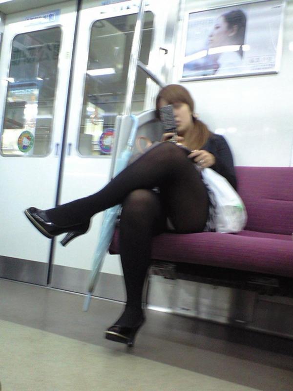 【電車内盗撮エロ画像】電車内で素人娘を盗撮した生々しい電車内盗撮画像! 04