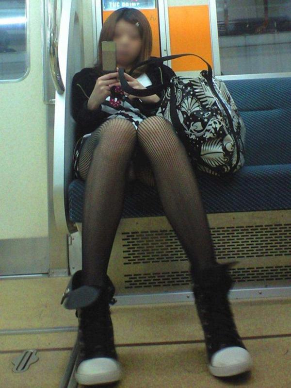 【電車内盗撮エロ画像】電車内で素人娘を盗撮した生々しい電車内盗撮画像! 10