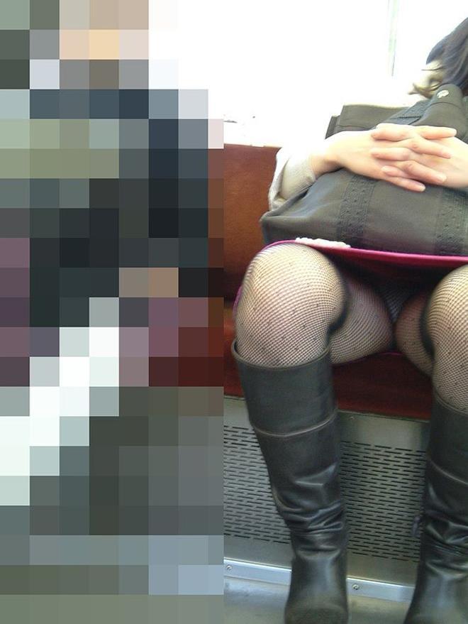 【電車内盗撮エロ画像】電車内で素人娘を盗撮した生々しい電車内盗撮画像! 17