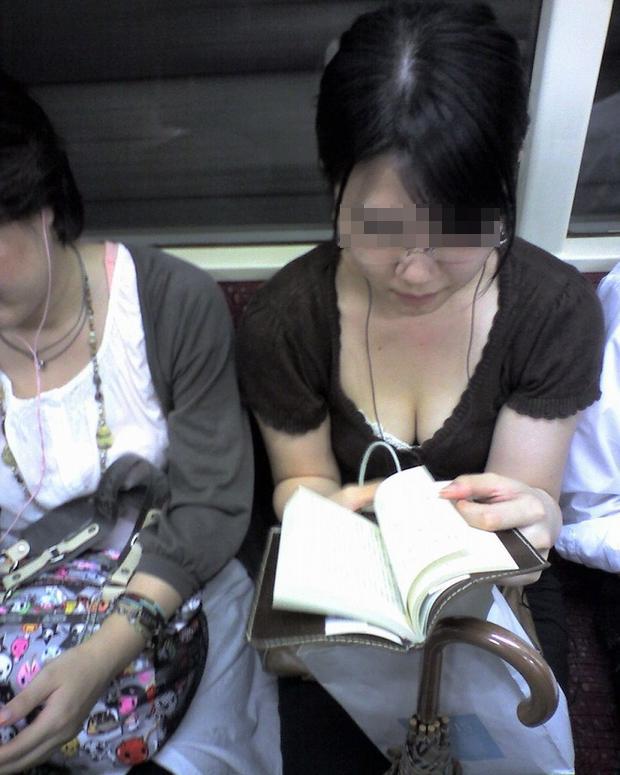 【電車内盗撮エロ画像】電車内で素人娘を盗撮した生々しい電車内盗撮画像! 18