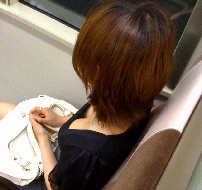 【電車内盗撮エロ画像】電車内で素人娘を盗撮した生々しい電車内盗撮画像! 21