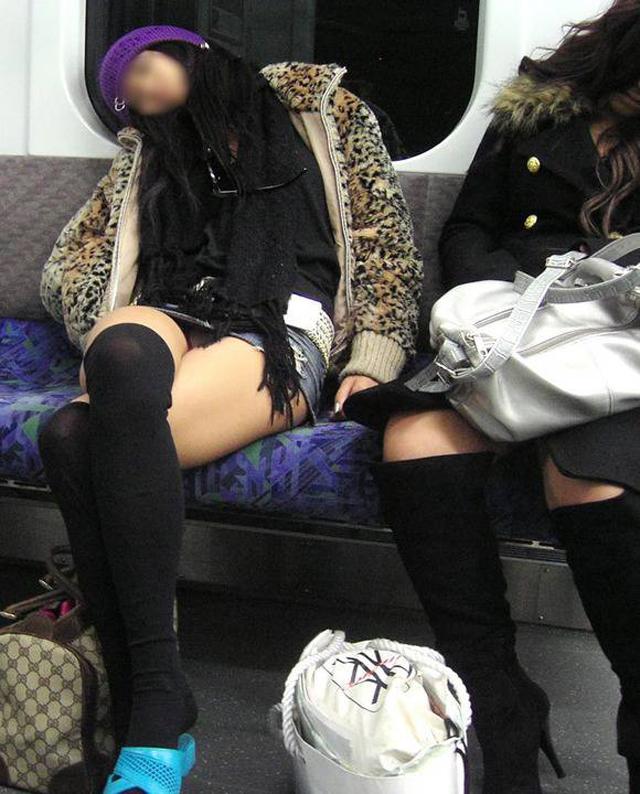 【電車内盗撮エロ画像】電車内で素人娘を盗撮した生々しい電車内盗撮画像! 28
