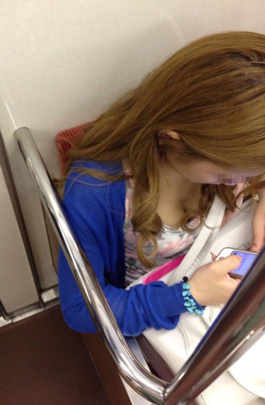 【電車内盗撮エロ画像】電車内で素人娘を盗撮した生々しい電車内盗撮画像! 30