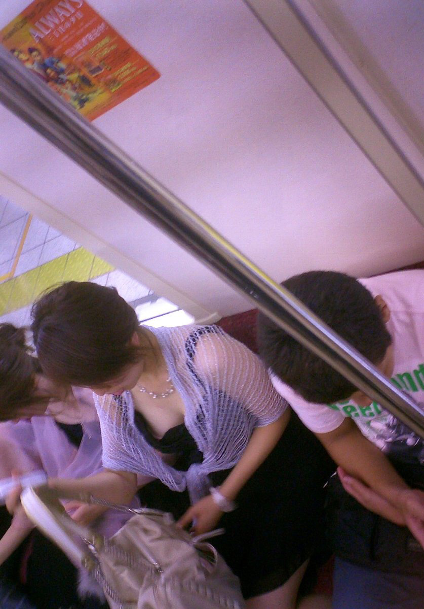 【電車内盗撮エロ画像】電車内で素人娘を盗撮した生々しい電車内盗撮画像! 31