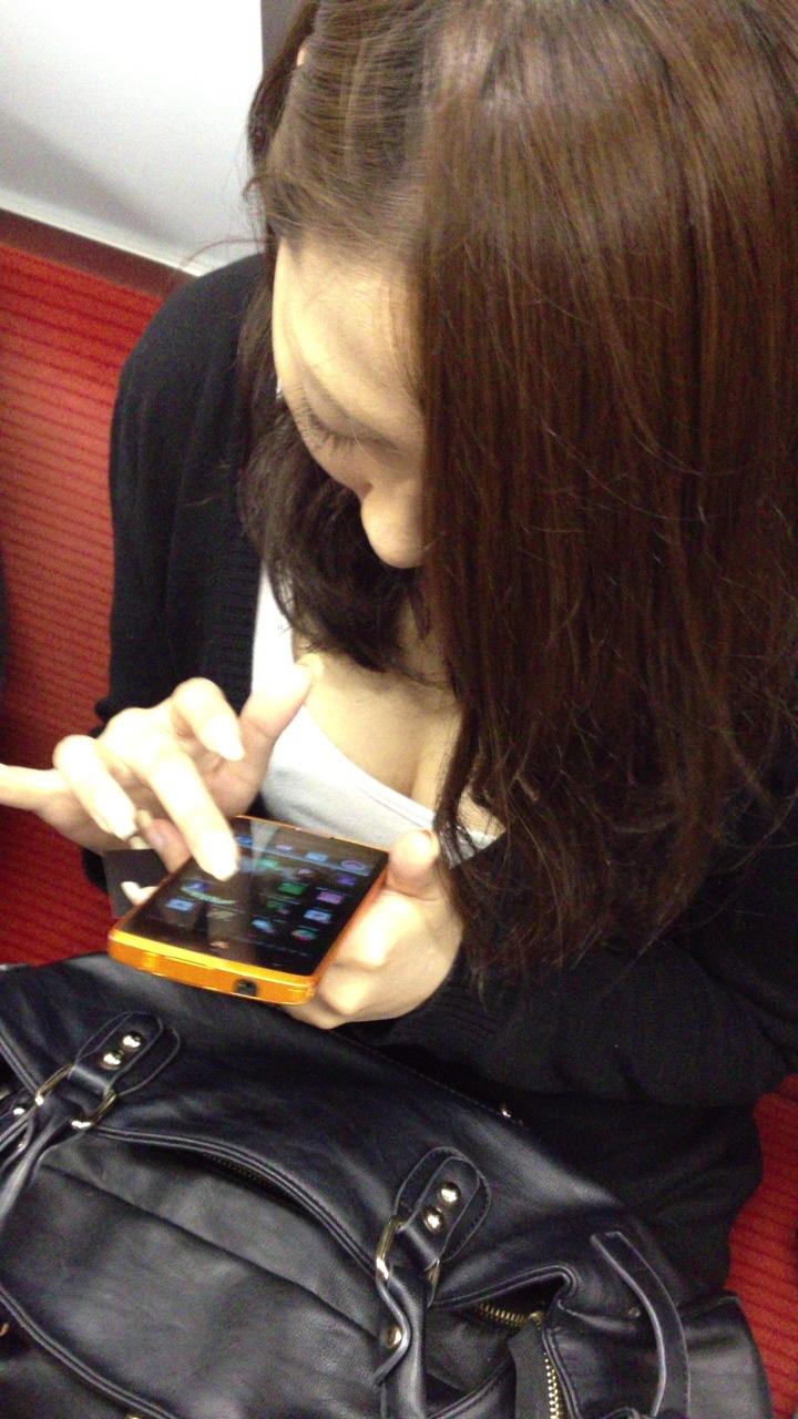 【電車内盗撮エロ画像】電車内で素人娘を盗撮した生々しい電車内盗撮画像! 34