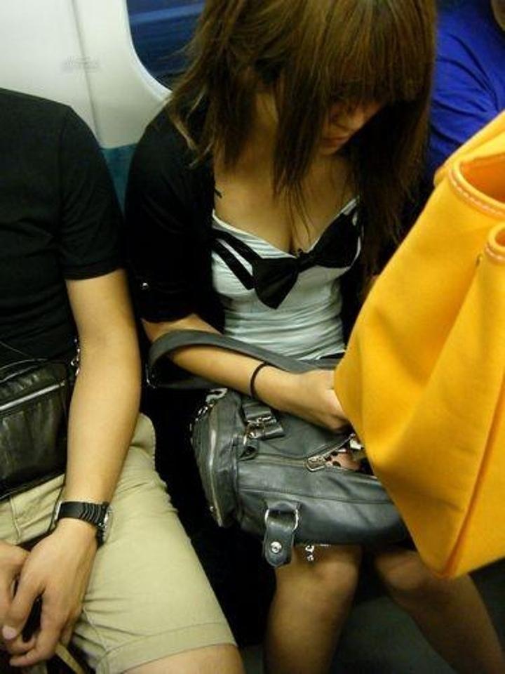 【電車内盗撮エロ画像】電車内で素人娘を盗撮した生々しい電車内盗撮画像! 35