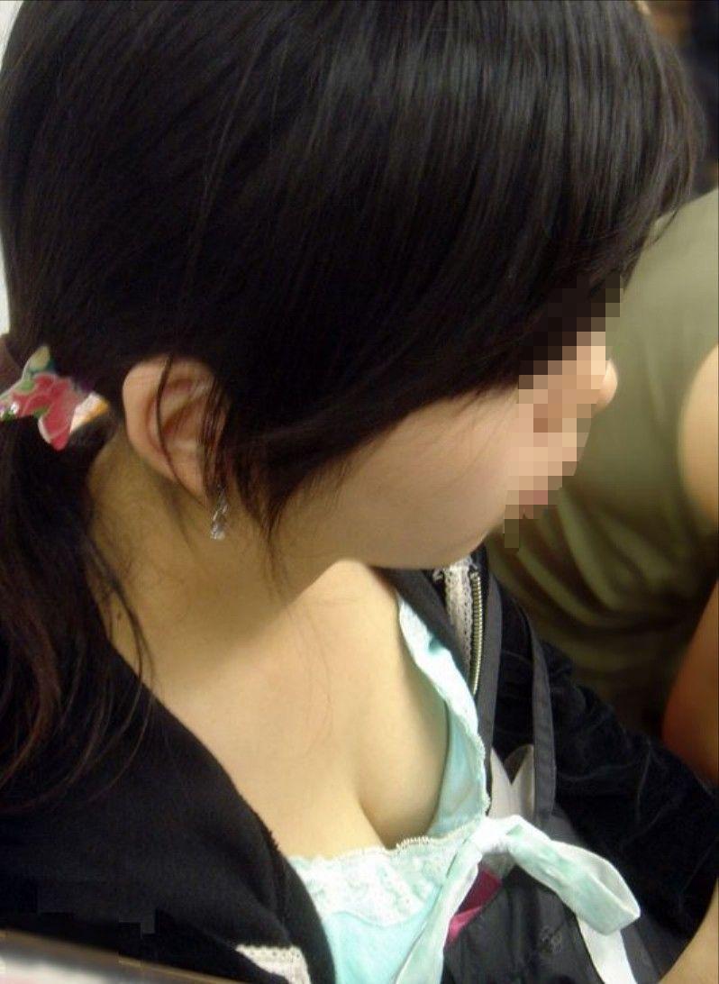 【電車内盗撮エロ画像】電車内で素人娘を盗撮した生々しい電車内盗撮画像! 39