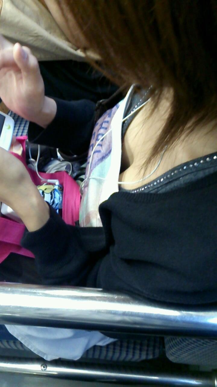【電車内盗撮エロ画像】電車内で素人娘を盗撮した生々しい電車内盗撮画像! 42