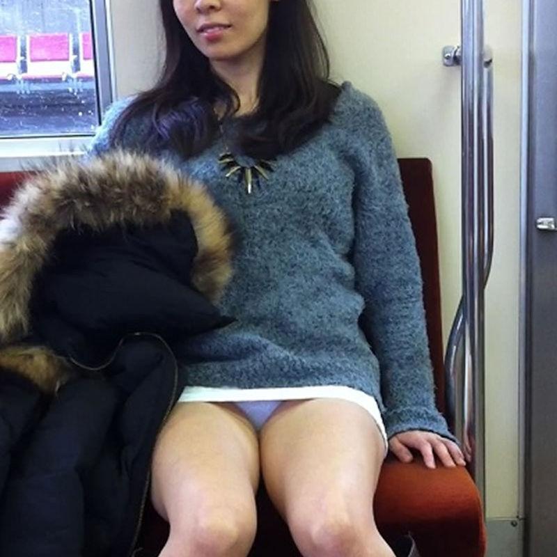 【電車内盗撮エロ画像】電車内で素人娘を盗撮した生々しい電車内盗撮画像! 43