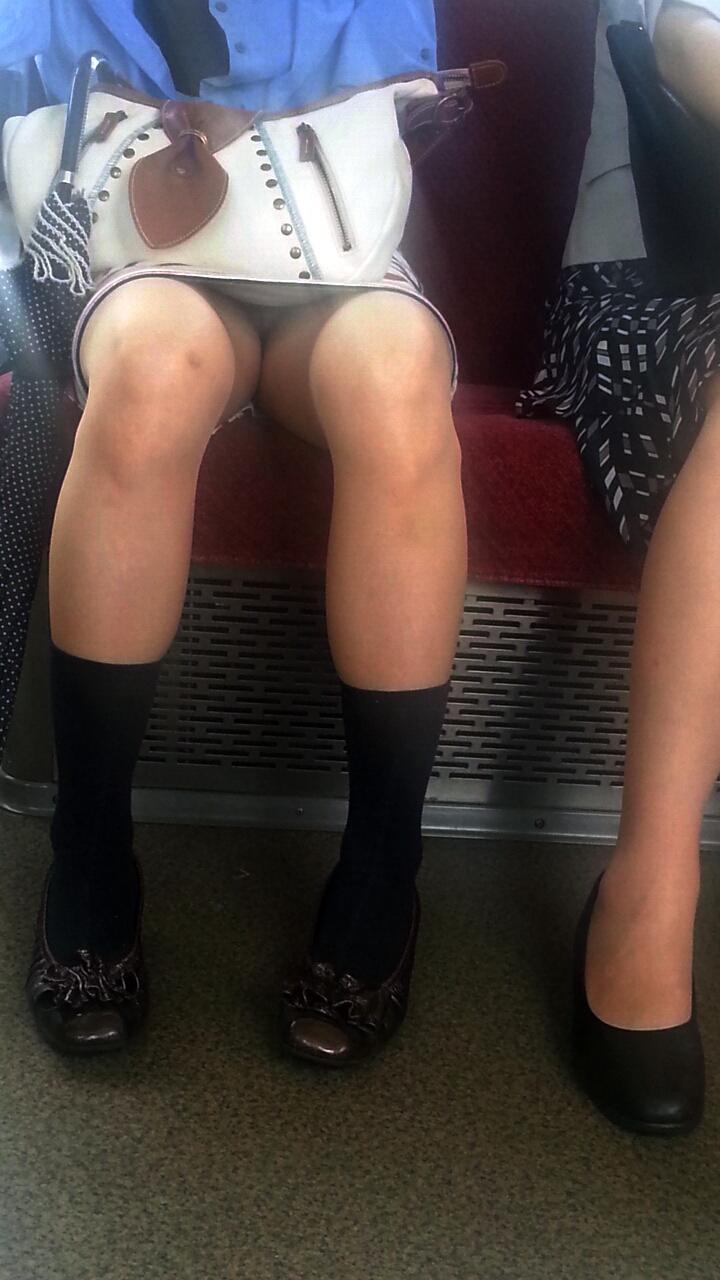 【電車内盗撮エロ画像】電車内で素人娘を盗撮した生々しい電車内盗撮画像! 52