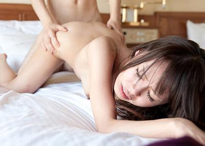 【バックエロ画像】女の子を四つん這いにさせて後ろから挿入する体位!