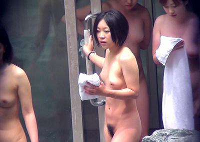 【※ 衝撃 ※】うほっ!びらびらまで見えそうwwwプロによる露天風呂隠し撮りがまる見え過ぎて草wwww(画像15枚)