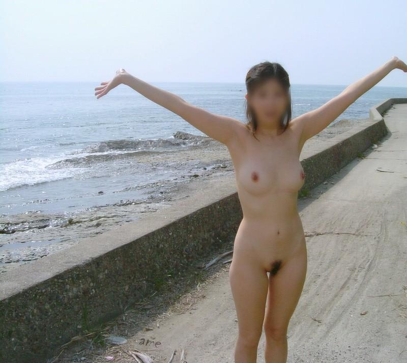 【素人露出エロ画像】どんどん過激さを増す素人娘たちの露出画像がヤバッ! 47