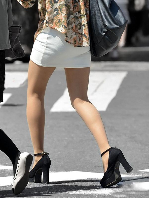 【街撮り美脚エロ画像】スラリと伸びた美脚の女の子を街中でフォーカスしたったw 06