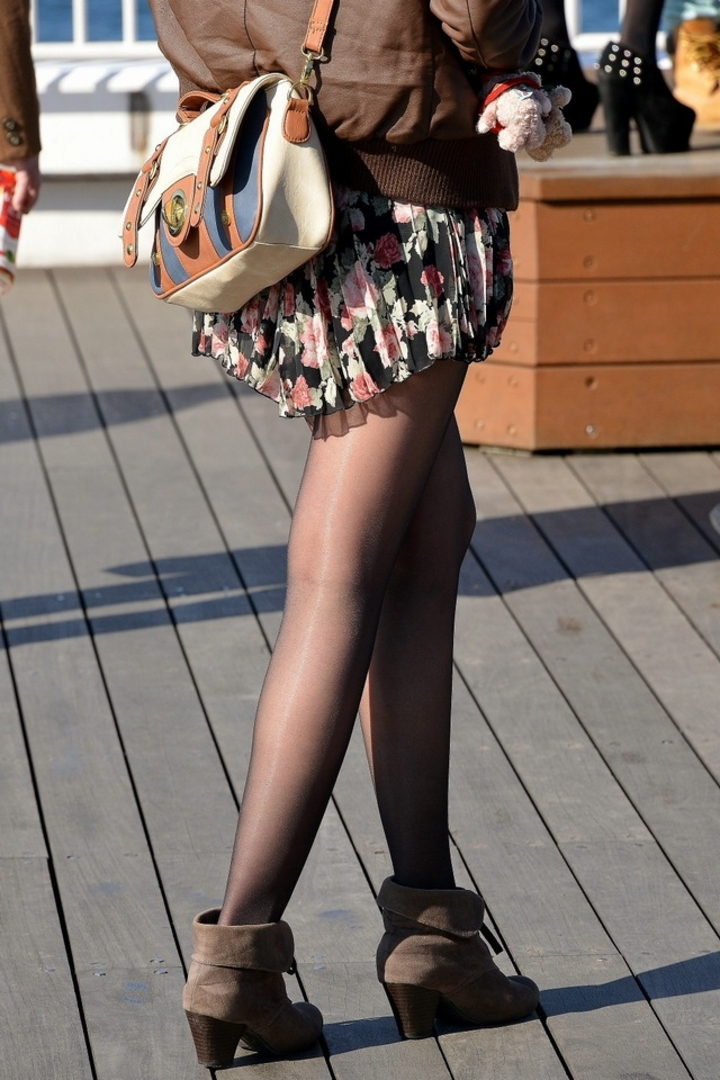 【街撮り美脚エロ画像】スラリと伸びた美脚の女の子を街中でフォーカスしたったw 07