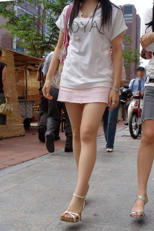 【街撮り美脚エロ画像】スラリと伸びた美脚の女の子を街中でフォーカスしたったw 17