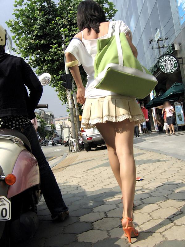 【街撮り美脚エロ画像】スラリと伸びた美脚の女の子を街中でフォーカスしたったw 24