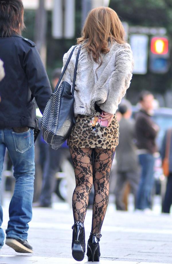 【街撮り美脚エロ画像】スラリと伸びた美脚の女の子を街中でフォーカスしたったw 28