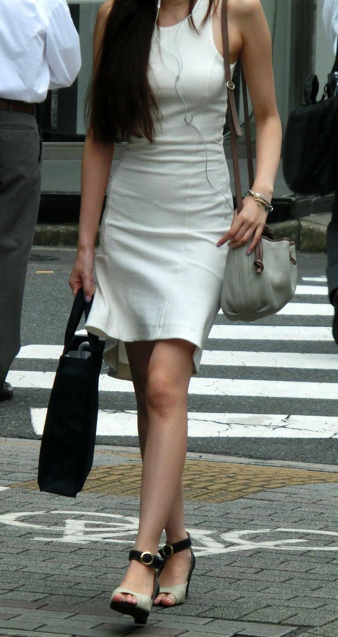 【街撮り美脚エロ画像】スラリと伸びた美脚の女の子を街中でフォーカスしたったw 44