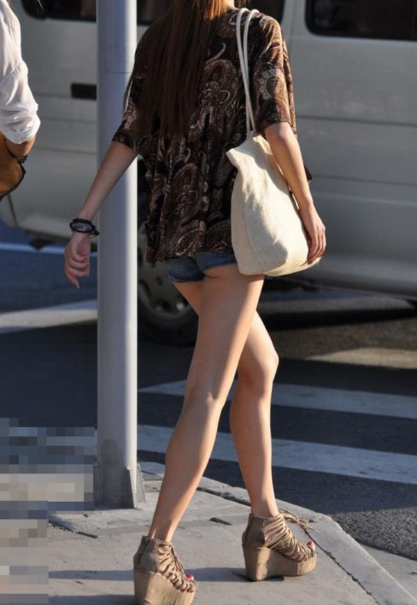 【街撮り美脚エロ画像】スラリと伸びた美脚の女の子を街中でフォーカスしたったw 49