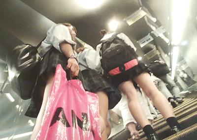 ショッピングモールでくそ短いスカートの「JK4人組」を付け狙ってパンツ隠し撮りしてる映像!