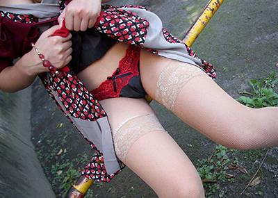 パンツとワレメを見せるスカートたくし上げのマンスジ画像