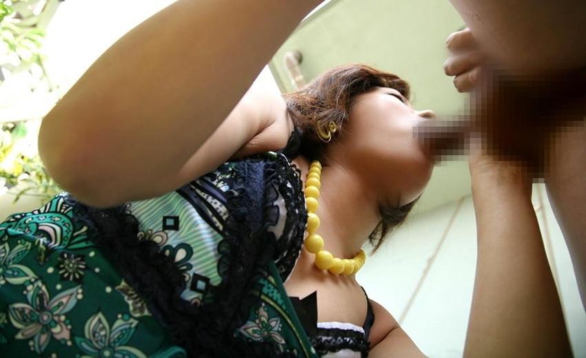 【着衣フェラチオエロ画像】着衣をまとったままチンポを咥える女エロすぎて草w 43